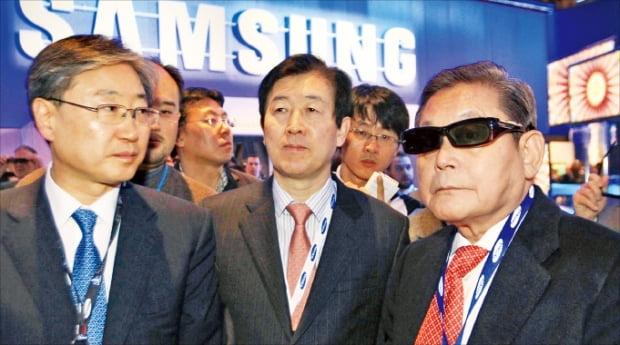 이건희 회장이 2010년 1월 세계 최대 전자쇼 CES에서 3D TV를 시청하고 있다. 삼성 제공