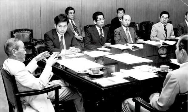 이건희 회장(왼쪽 두 번째)이 1978년 해외사업추진위원회에서 이병철 삼성 창업주(첫 번째)의 말을 듣고 있다.  삼성 제공