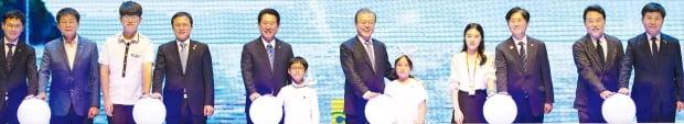 김영록 전남지사(왼쪽 다섯 번째)가 지난해 7월 전남도청에서 문재인 대통령과 함께 전라남도의 새천년 비전인 '블루 이코노미'를 선포하고 있다.  전라남도 제공
