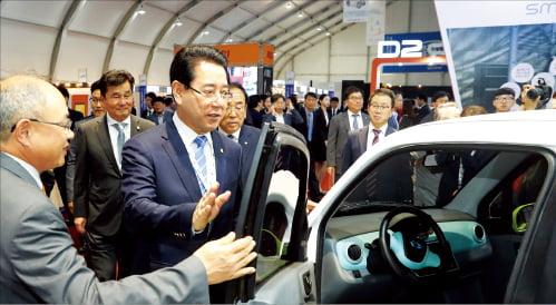 김영록 전남지사(가운데)가 지난해 9월 열린 영광 e모빌리티 엑스포 개막식에서 초소형 전기차에 대해 설명을 듣고 있다.  전라남도 제공