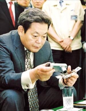 이건희 회장이 2004년 6월 구미 사업장에서 '디카폰' 디자인을 살펴보고 있다.   삼성전자 제공