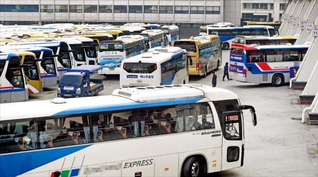 지난 4월 시행에 들어간 개정 '실내공기질 관리법 시행규칙'이 현실을 무시한 규제로 범법 운송사업자를 양산하고 있다는 지적이 나오고 있다. 27일 서울 반포동 강남고속버스터미널에서 고속버스들이 운행을 준비하고 있다. 허문찬 기자 sweat@hankyung.com