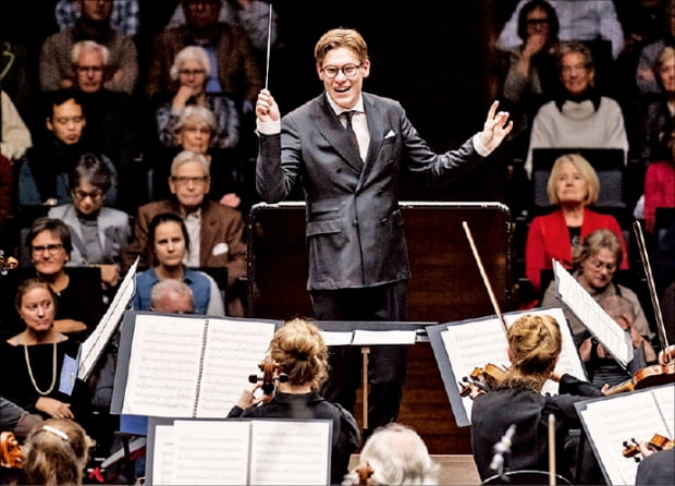 노르웨이 오슬로 필하모닉 오케스트라를 지휘하고 있는 클라우스 마켈라.  ⓒMarco-Borggreve