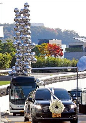 이건희 회장의 운구 차량이 서울 리움미술관 앞을 지나고 있다.   /사진공동취재단