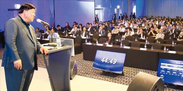 '2020 대한민국 바이오 투자 콘퍼런스(KBIC 2020)'가 다음달 4~5일 이틀간 서울 한강로 드래곤시티에서 열린다. 서정진 셀트리온 회장이 지난해 열린 행사에서 기업 성장 전략을 발표하고 있다.   한경DB