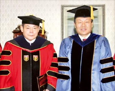 2005년 고려대 명예철학박사 학위 수여식에서 이건희 회장(왼쪽)과 어윤대 총장이 기념촬영하고 있다.  /연합뉴스