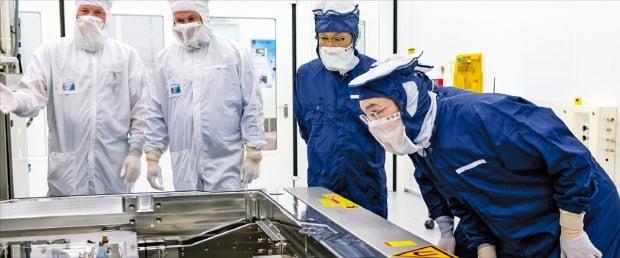 이재용 삼성전자 부회장이 지난 13일 네덜란드 에인트호번에 있는 ASML 본사에서 반도체 제조공정에 쓰이는 극자외선(EUV) 노광기를 살펴보고 있다. ASML은 세계에서 유일하게 EUV 노광기를 생산할 수 있는 업체다.     /삼성전자 제공