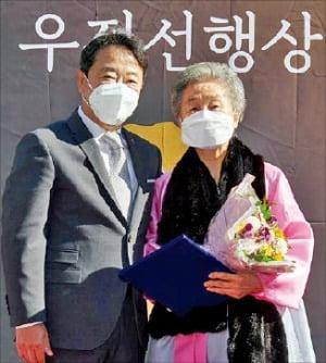 이웅열 명예회장, 팥죽집 찾아 '우정선행상 대상' 전달