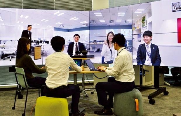 NEC넷시스아이 직원들이 자사의 재택근무 시스템을 활용해 화상회의를 하고 있다. /NEC넷시스아이 제공