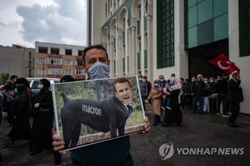 이슬람권 반(反)프랑스 시위 확산…'마크롱 화형식'도 열려