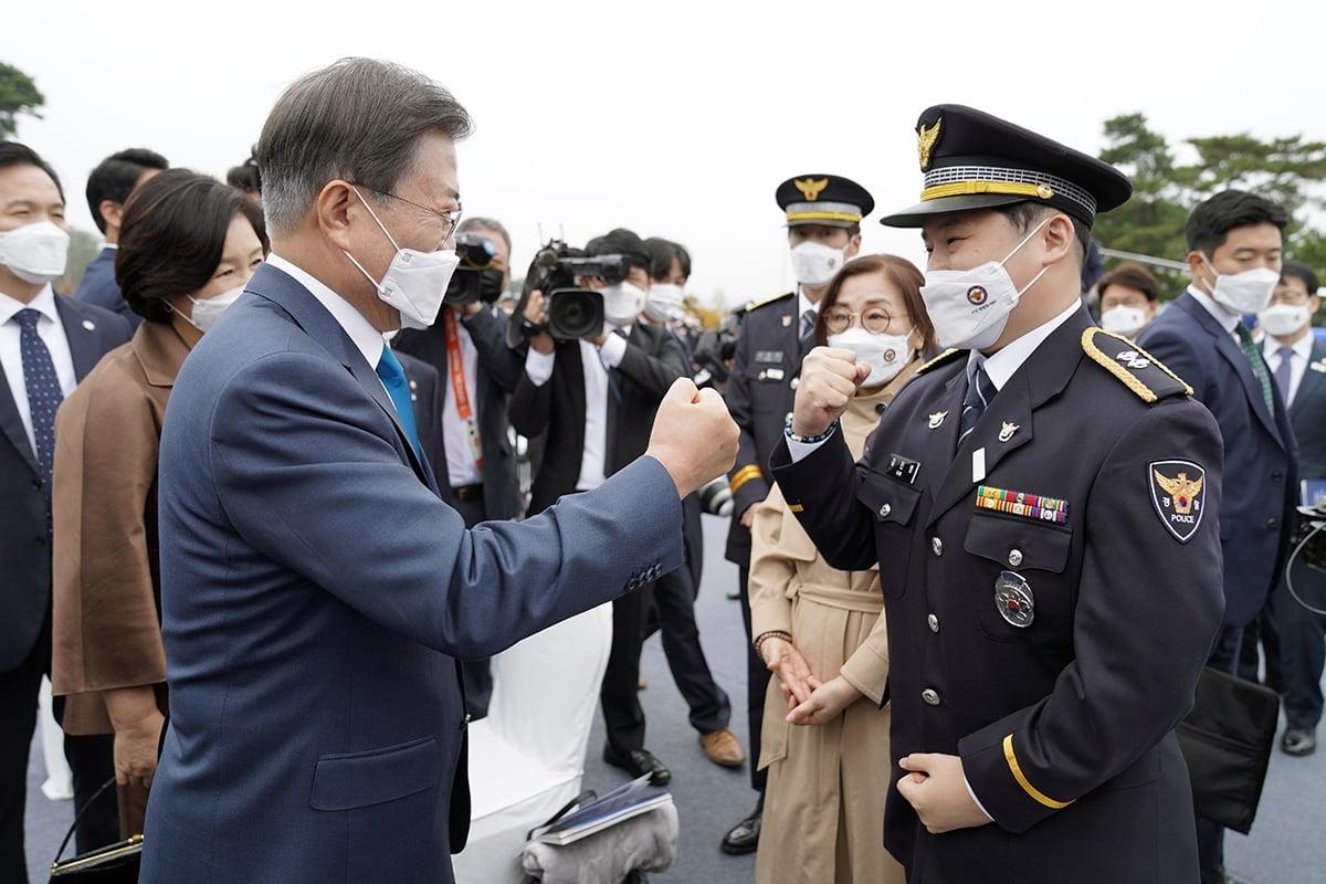 문 대통령은 21일 충남 아산 경찰인재개발원에서 열린 `제75주년 경찰의 날` 기념식에 참석했다. (청와대 제공)