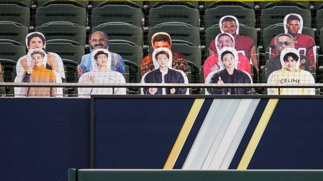 그룹 방탄소년단의 판넬이 2020월드시리즈 1차전 관중석에 나타났다./ 사진=MLB 트위터 캡처
