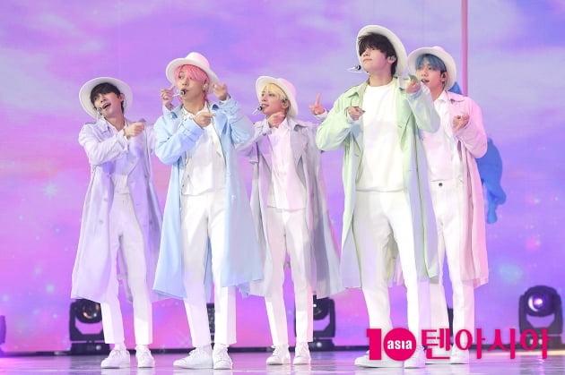 [TEN 포토] TXT '코트+모자' 새로운 퍼포먼스…'뮤지컬 아냐?'
