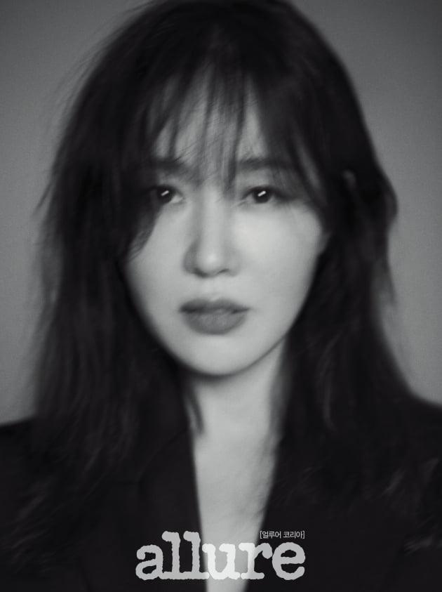 배우 엄지원 화보. /사진제공=얼루어