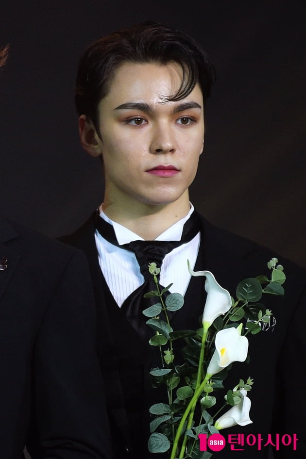 [TEN 포토] '2020 대중문화예술상' 세븐틴 버논, '꽃을 든 조각'