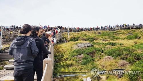 """""""코로나19에 단풍 구경?"""" 우여곡절 제주 한라산 탐방사"""