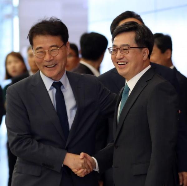 2018년 당시 장하성 청와대 정책실장(왼쪽)과 김동연 부총리 겸 기획재정부 장관이 악수하고 있다. 두 사람은 임기 중 여러 차례 갈등설이 불거졌다. 사진=연합뉴스
