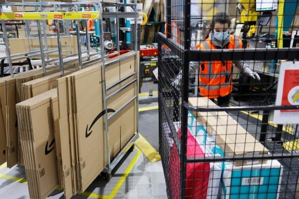 아마존 프랑스 법인의 한 물류센터 내에서 근로자들이 물건을 옮기고 있다. 로이터연합뉴스
