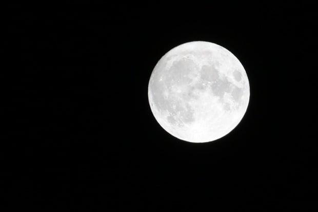 31일 핼러윈데이에 '블루문'이 뜬다. 국립과천과학관은 이날 밤 8시, 19년 만에 핼러윈과 동시에 찾아온 블루문(blue moon)을 온라인으로 관측하며 해설 중계할 예정이다.  /연합뉴스