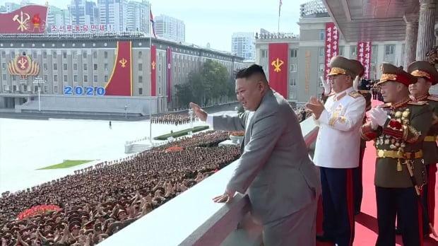 김정은 북한 국무위원장이 지난 11일 열병식 참가자들을 향해 손을 들어 인사하고 있다. /사진=조선중앙TV 화면