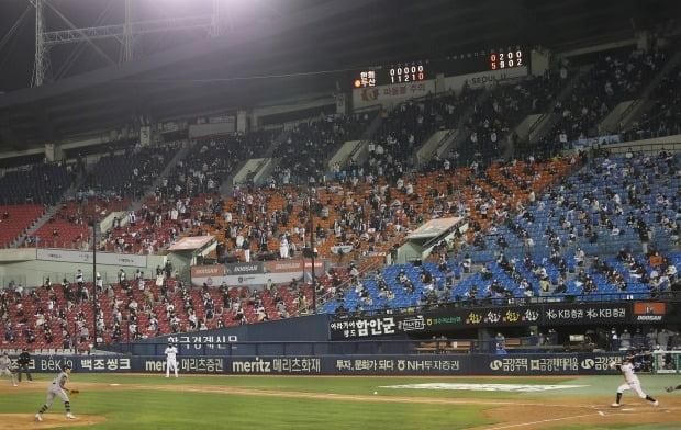 지난 13일 오후 서울 송파구 잠실야구장에서 열린 프로야구 한화와 두산의 경기에서 야구팬들이 관람하고 있다. /사진=연합뉴스