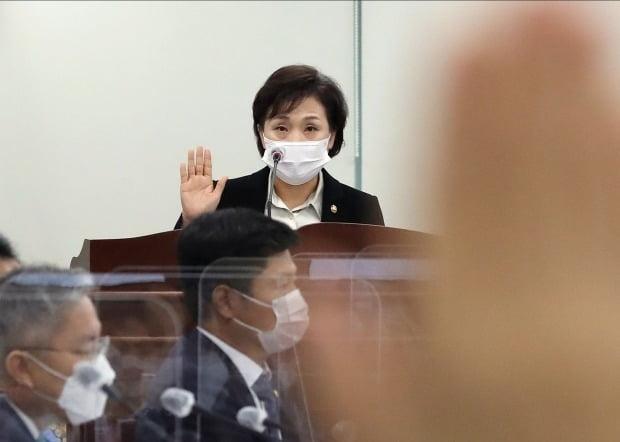 김현미 국토교통부 장관이 16일 오전 세종시 정부세종청사에서 국정감사에서 대표로 선서하고 있다.사진=연합뉴스
