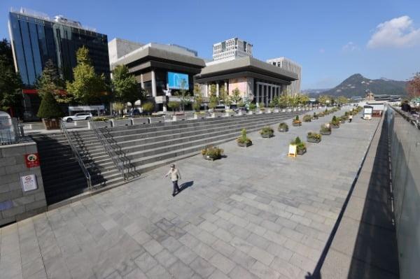 17일 서울 종로구 광화문광장 일대가 대규모 집회와 경찰 차벽 없이 한산한 모습을 보이고 있다. /사진=연합뉴스