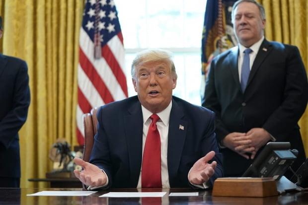 도널드 트럼프 미국 대통령이 23일(현지시간) 백악관 집무실에서 이스라엘과 수단이 관계정상화에 나서기로 합의했다고 밝히고 있다. /사진=연합뉴스