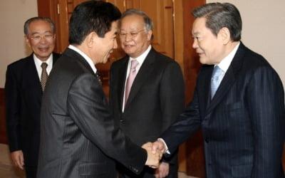 김정일 땐 3시간 만에 조의 표했던 민주당, 이건희 별세에는 '그림자' 타령