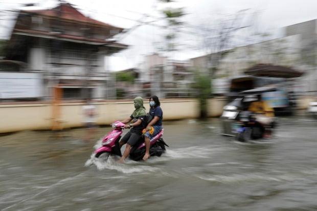 태풍 '몰라베' 여파로 도로가 물에 잠긴 필리핀의 한 도시. /사진=AP