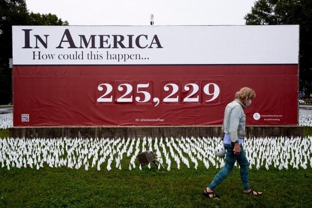 미국의 한 미술가가 27일(현지시간) 워싱턴DC의 로버트 F. 케네디 메모리얼(RFK) 스타디움 인근에 신종 코로나바이러스 감염증(코로나19) 사망자들을 추모하기 위해 흰 깃발들이 설치됐다. 이번 설치 미술전에서는 22만 개의 깃발이 설치됐다.(사진=EPA)