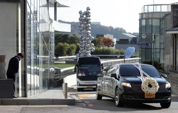 28일 오전 고 이건희 삼성전자 회장의 운구차량이 서울 리움미술관 앞을 지나고 있다.  (사진=연합뉴스)