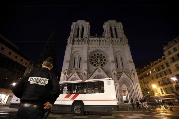 29일(현지시간) 프랑스 니스의 노트르담 대성당에서 발생한 참수 테러로 3명이 목숨을 잃었다. EPA연합뉴스