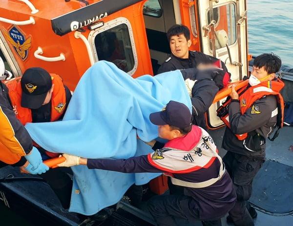 31일 새벽 충남 서해상에서 항해하다 원산안면대교 교각을 들이받은 9.77t급 낚싯배에서 해경이 승선원을 구조하고 있다. 사진=연합뉴스