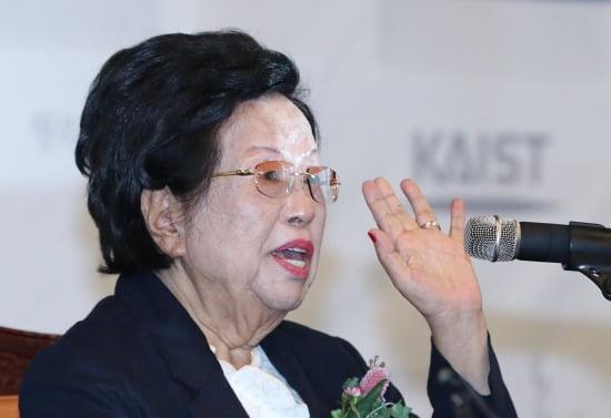 이수영 광원산업 회장이 23일 오후 대전 유성구 한국과학기술원(KAIST)에서 열린 발전기금 기부 약정식에서 인사말을 하고 있다. 사진=뉴스1
