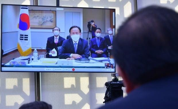 이수혁 주미대사가 지난 12일 서울 여의도 국회에서 열린 외교통일위원회의 주미대사관 등에 대한 국정감사에서 의원들의 질의에 답변하고 있다. 이날 주미대사 국정감사는 코로나19 예방을 위해 화상으로 진행되었다. 사진=뉴스1