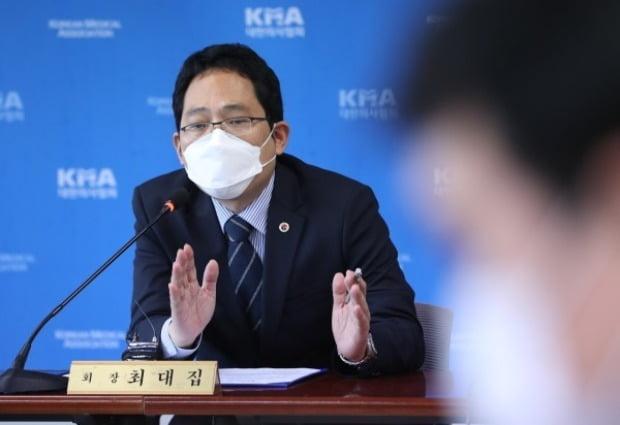 최대집 의협회장이 22일 오후 서울 용산구 대한의사협회 용산임시회관에서 열린 '독감예방접종 사망사고 관련 긴급 기자회견'에서 발언하고 있다. 사진=뉴스1