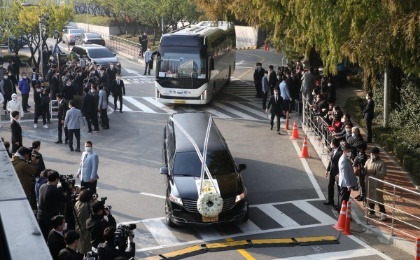 사진공동취재단 = 28일 오전 고 이건희 삼성전자 회장의 운구차량이 서울 일원동 삼성의료원 장례식장을 빠져나오고 있다.