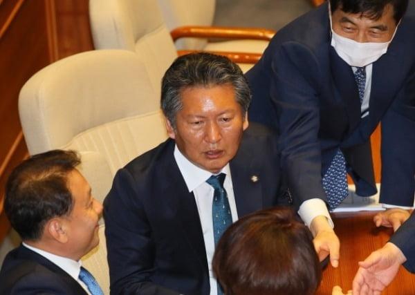 정청래 더불어민주당 의원이 지난 6월10일 국회 본회의장에서 동료들과 대화하고 있다.  /사진=연합뉴스