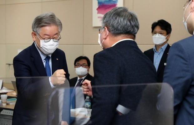 이재명 경기지사가 2일 경기도 국회의원 초청 예산정책협의회에서 의원들과 인사하고 있다. 사진=연합뉴스