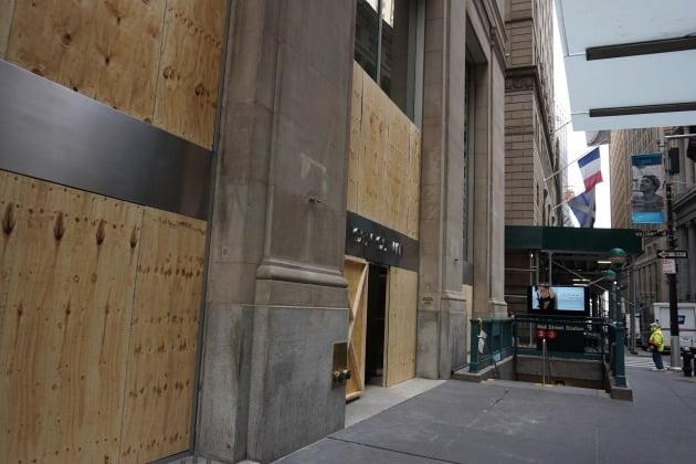 3일(현지시간) 뉴욕 맨해튼 월스트리트 인근의 상점에 폭동 등에 대비한 가림막을 설치돼 있다. 뉴욕=조재길 특파원