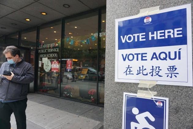 3일(현지시간) 뉴욕 맨해튼 월스트리트 인근에 투표소가 차려졌다. 뉴욕=조재길 특파원