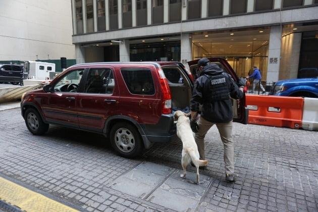 3일(현지시간) 뉴욕 맨해튼 월스트리트의 뉴욕증권거래소 앞에서 한 경관이 차량들을 대상으로 폭탄이 있는지 살펴보고 있다. 뉴욕=조재길 특파원