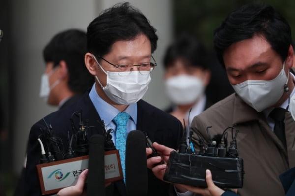 지난 6일 김경수 경남도지사가 서울고등법원에서 열린 2심 선고공판을 마친 후 법정을 빠져나오고 있다. /사진=강은구 기자 egkang@hankyung.com