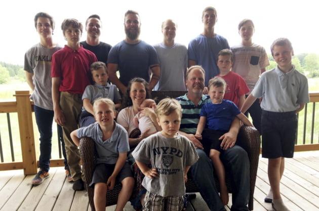 2018년 제이·카테리 슈반트 부부가 14명의 아들과 함께 찍은 가족사진. 사진 = AP연합뉴스
