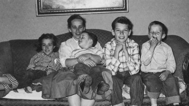 어린 시절 동생들과 어머니와 함께 한 조 바이든. 두 손을 괴고 있는 소년이 바이든이다. 캠프 제공