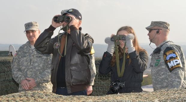 지난 2013년 미국 부통령이던 조 바이든 대통령 당선인이 손녀 피너건 양과 함께 판문점 인근 올렛초소(GP)를 방문해 쌍안경으로 비무장지대(DMZ) 북측지역을 살펴보고 있다. 왼쪽은 커티스 스카파로티 한미연합사령관. 판문점=사진공동취재단