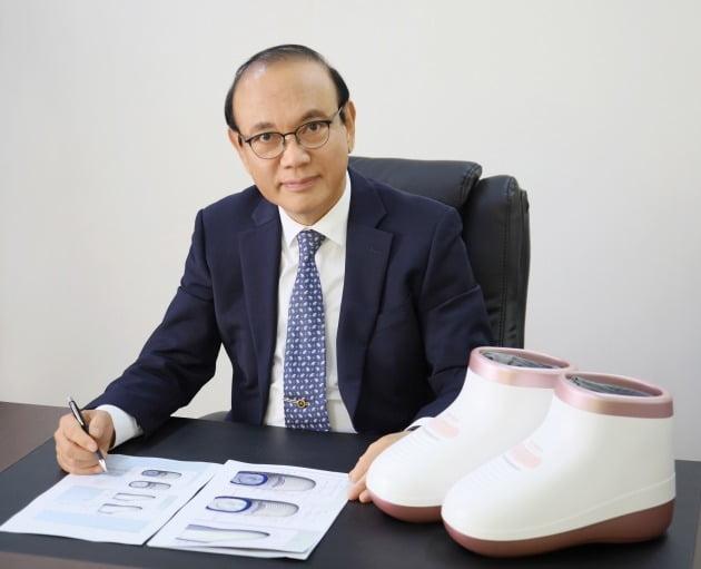 미래바이텍 김락기 대표이사 사장이 주력 수출 제품인 부츠형 발관리기 '프라벨 힐링부츠'에 대해 설명하고 있다.