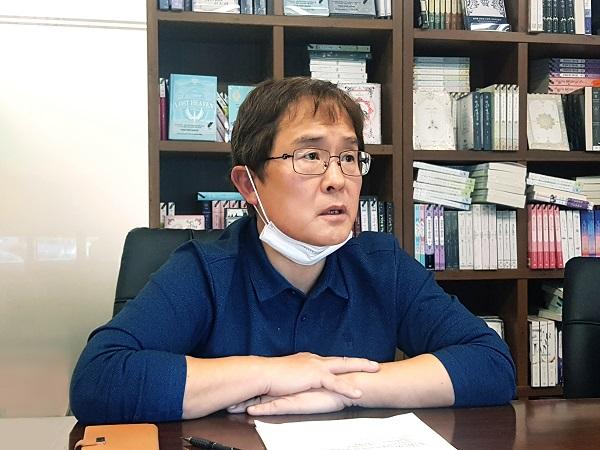 신현호 디앤씨미디어 대표가 웹툰 부문 물적분할에 대해 설명하고 있다. (사진 = IR큐더스)