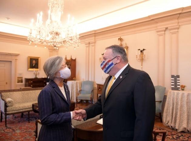 미국을 방문 중인 강경화 외교부 장관이 9일(현지시간) 마이크 폼페이오 미국 국무장관과 가진 오찬 회담에서 악수를 나누고 있다. 외교부 제공